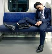 Slaryman dort dans le métro